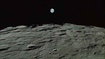 Ученые решили узнать, что творится на Луне. Как стало известно sciencexxi.com, на поверхности спутника они обнаружили более двухсот новых кратеров, которые образовались из-за бомбардировок метеоритами. Ученые отметили, что метеориты атакуют поверхность Луны намного чаще в последнее время, чем раньше. Это ставит под угрозу возможное поселение людей на Луне, ведь там планируют построить лунные базы и заселить их поселенцами. Диаметр сформированных после падения метеоритов кратеров составляет десятки метров. Астрономы увидели на снимках спутника много перемен в рельефе его поверхности. Изменения произошли из-за расплавленных кусков метеорита, которые с большой скоростью распадаются при падении космического тела.