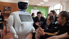 Первый в России робот-учитель провел урок в лицее