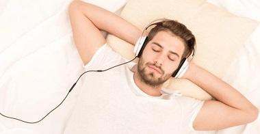 В борьбе с бессонницей поможет любимая музыка